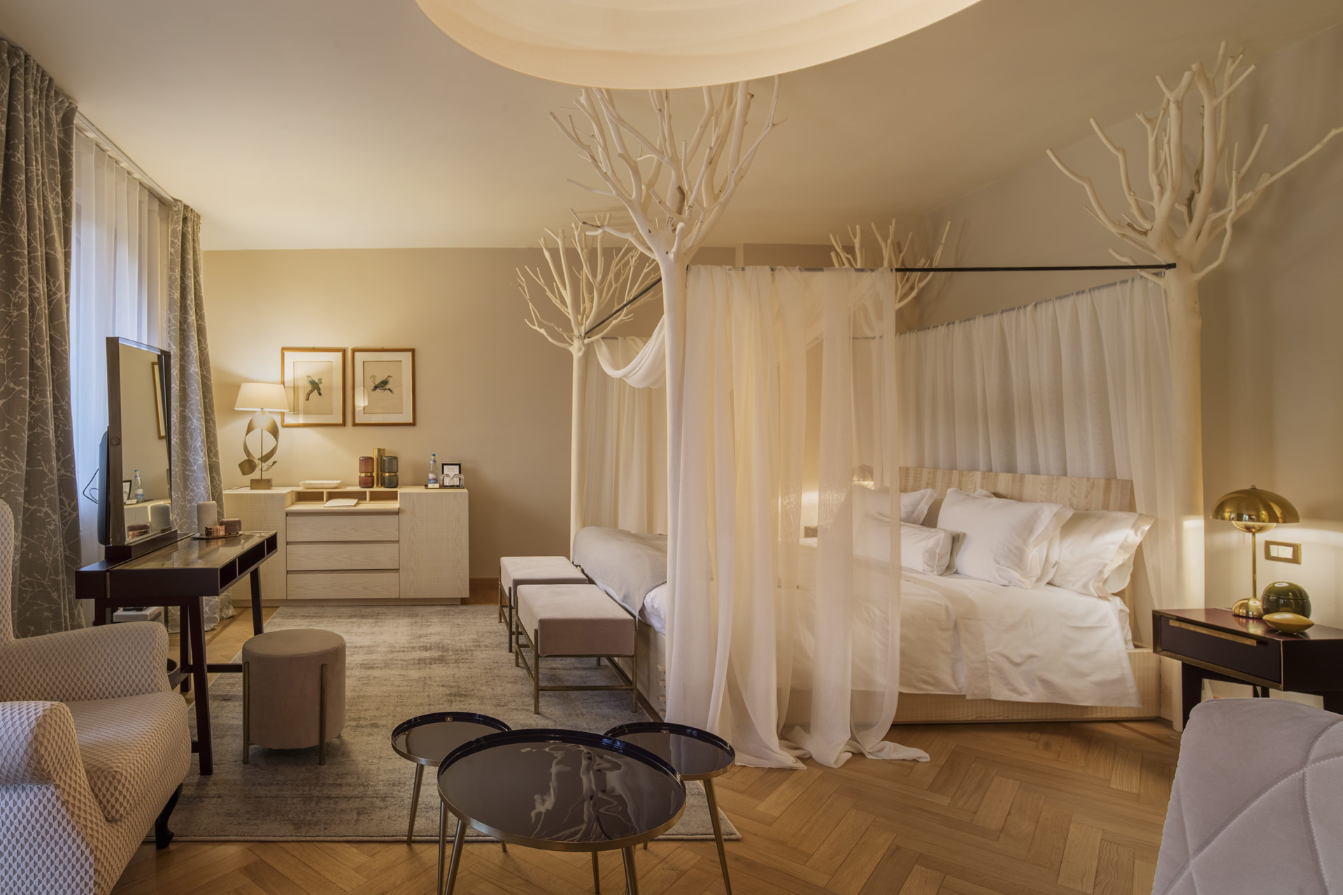 Four-poster bed in ash with posts in privet wood. Chest of drawers in ash