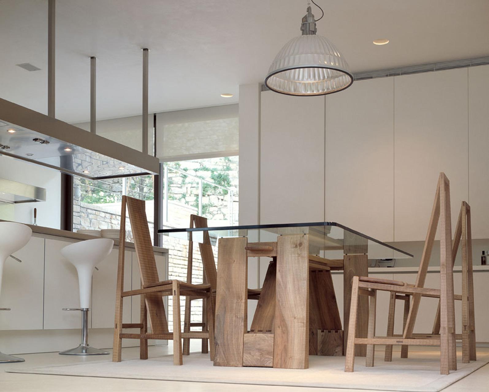 Perugino table and Vela chairs in Italian walnut